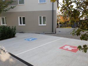 Familien- und Behindertenparkplatz beim Gemeindeamt