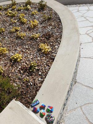 Top die Wette gilt … Bemalte Steine beim Gemeindeamt
